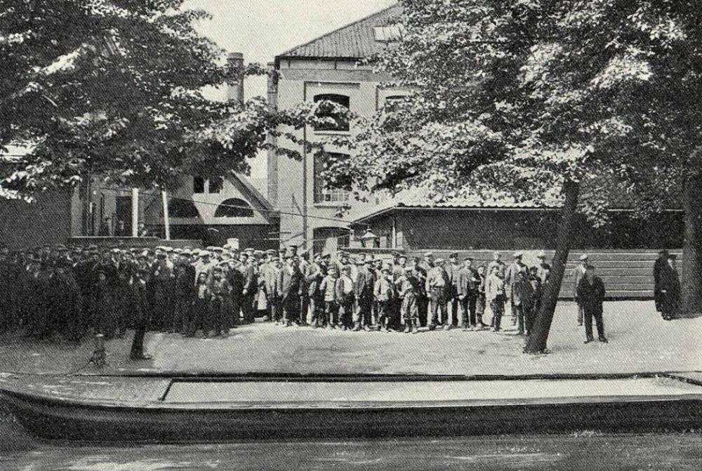 Arbeiders voor de fabriek van Prévinaire (Noord-Hollands Archief)