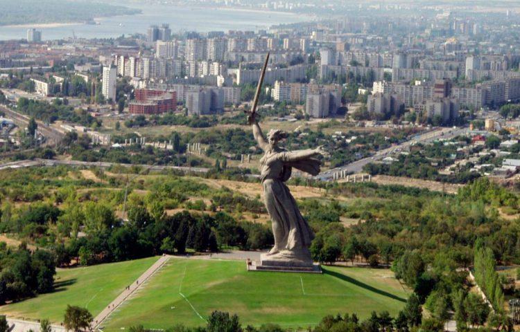 Het Moederland roept - Moeder Rusland - Zicht op het monument en de stad