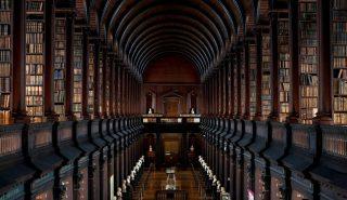 Afbeelding van de Long Room in Trinity College. Op een van de achterliggende etages is de Fagelcollectie geplaatst.