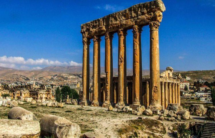 Zes overgebleven zuilen van de tempel van Jupiter in Baalbek. Daarachter de tempel van Bacchus, 2010