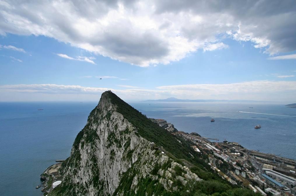 Zuilen van Hercules - Rots van Gibraltar met aan de overzijde de Marokkaanse kust