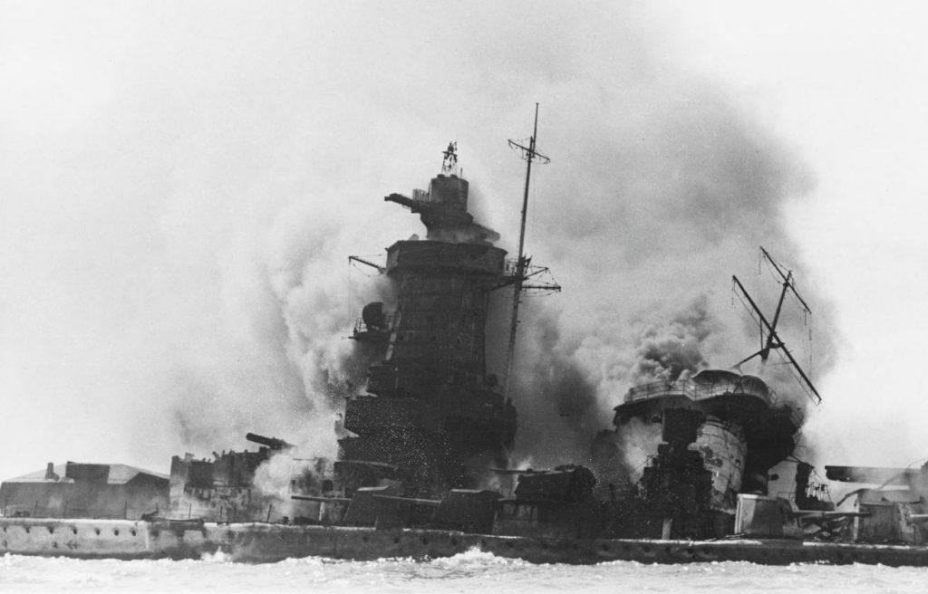 De Admiral Graf Spee wordt tot zinken gebracht.