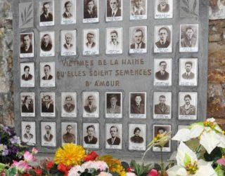 Herdenkingsplaat voor de slachtoffers van Bande.