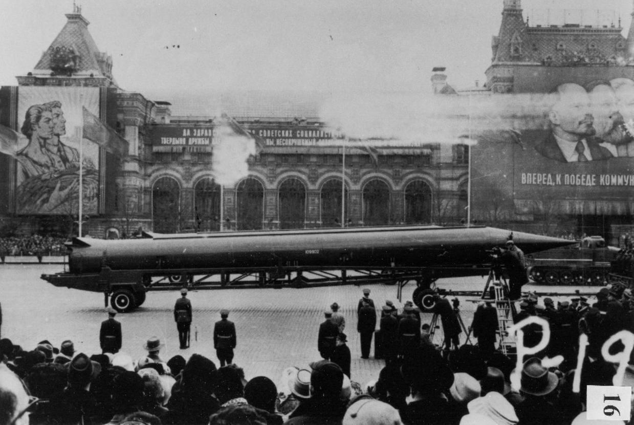 Cubacrisis - CIA-foto van een Russische raket op het Rode Plein in Moskou