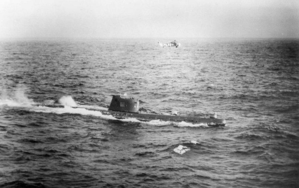 Amerikaanse helikopter boven een Sovjet-onderzeeër ten tijde van de Cubacrisis