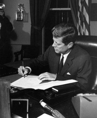 President Kennedy tijdens de Cubacrisis