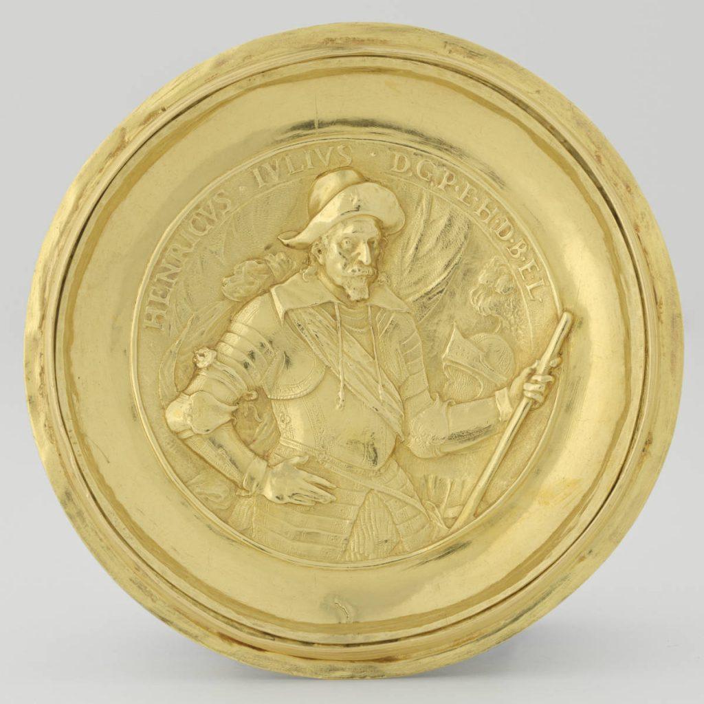 Portret van de opdrachtgever op de onderzijde van de gouden beker