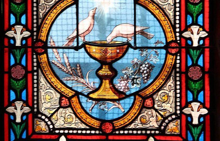 Afbeelding van de Heilige graal op een glas-in-lood raam in Finistère, Frankrijk