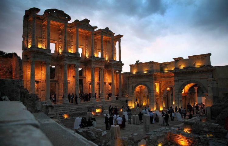 Gevel van de Bibliotheek van Celsus bij avondlicht