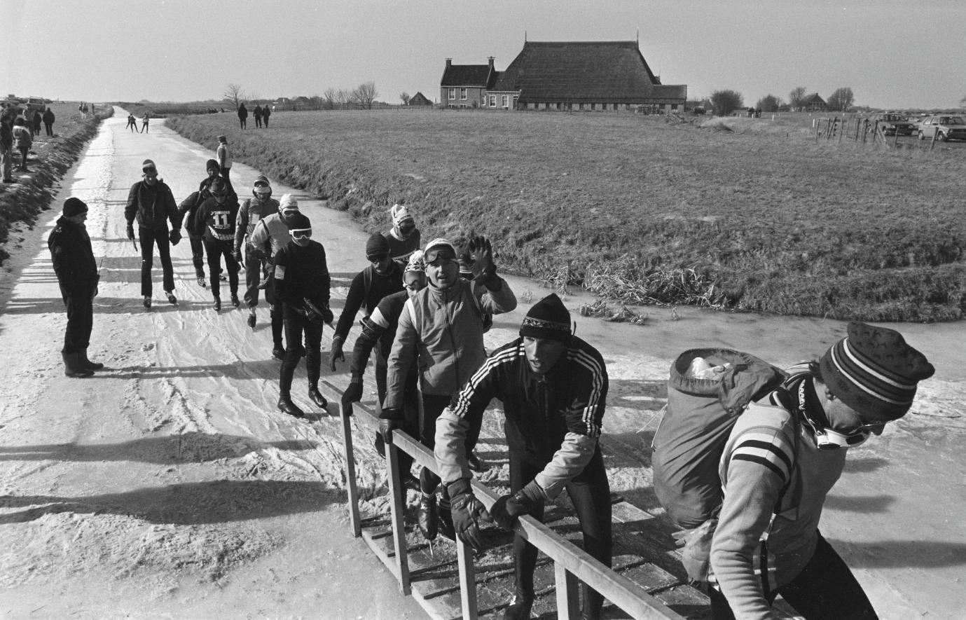 Foto gemaakt tijdens de Elfstedentocht van 1986. Een stukje klunen in de buurt van Franeker