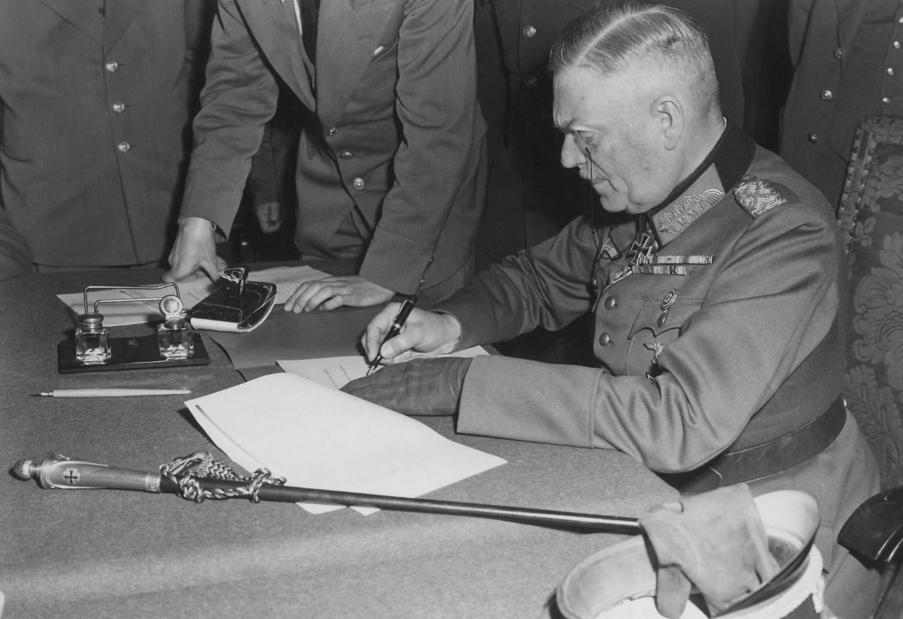Capitulatie - Veldmaarschalk Wilhelm Keitel ondertekent de onvoorwaardelijke capitulatie van de Wehrmacht in het hoofdkwartier van het Rode Leger te Berlijn-Karlshorst, 1945