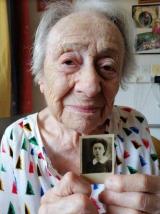 Mevrouw Fastag met een oude foto van haarzelf