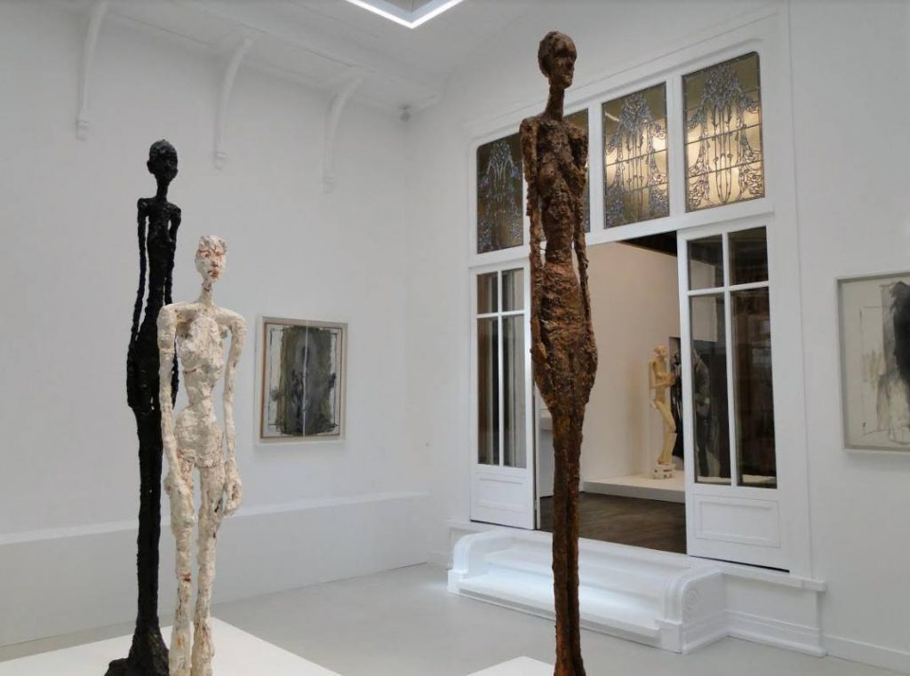 Langgerekte figuren van Alberto Giacometti te zien in het 'Institut Giacometti'