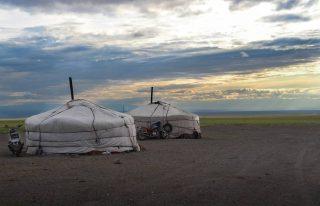 Twee yurts van nomaden in Mongolië