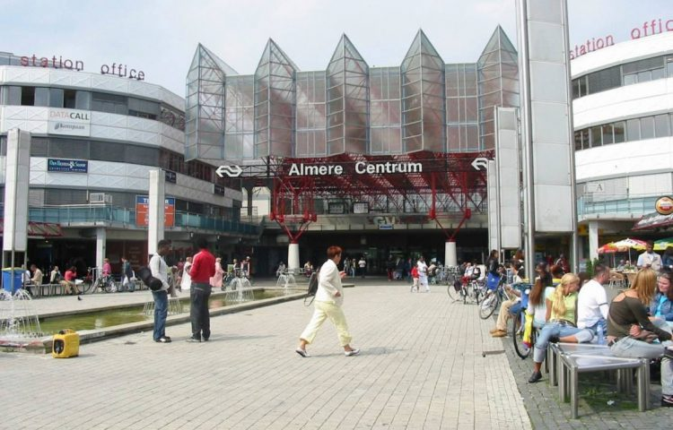 Forenzen - Het treinstation van Almere, een typische forensenstad