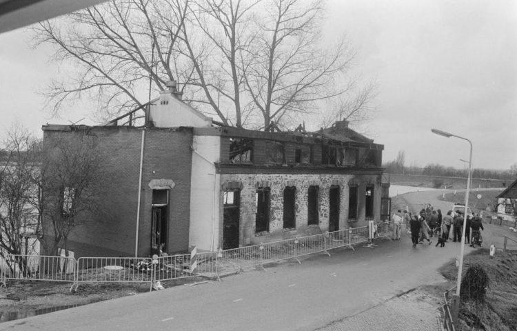 Het uitgebrande hotel Cosmopolite in Kedichem, 30 maart 1986