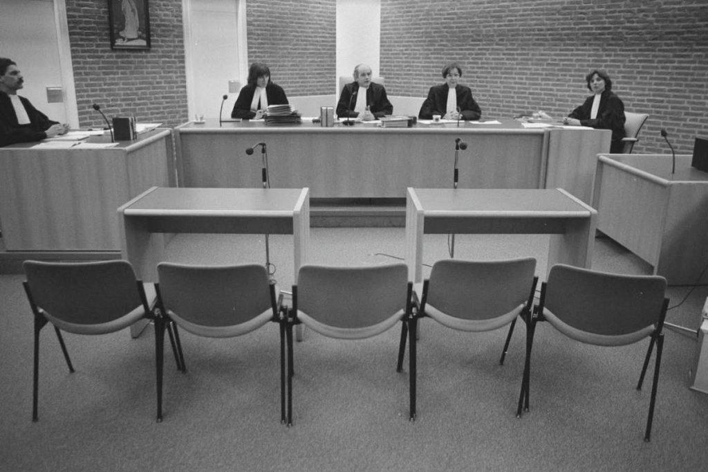 Rechtszaak tegen de Kedichem-verdachten, 1987 – de vijf verdachten zijn niet verschenen.