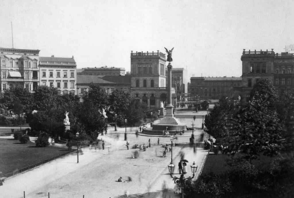 Friedessäule op de Belle-Alliance-Platz in Berlijn, rond 1900 - Foto door F. Albert