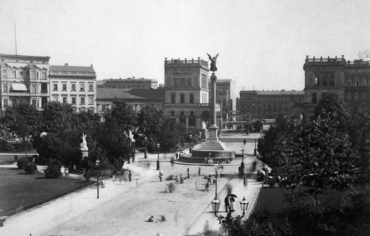Friedessäule op de Belle-Alliance-Platz in Berlijn, rond 1900 - Foto door F. Albert