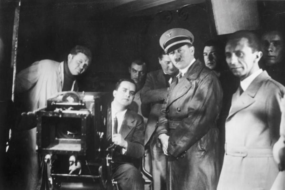 Adolf Hitler tijdens een bezoek aan een filmset. Rechts Joseph Goebbels