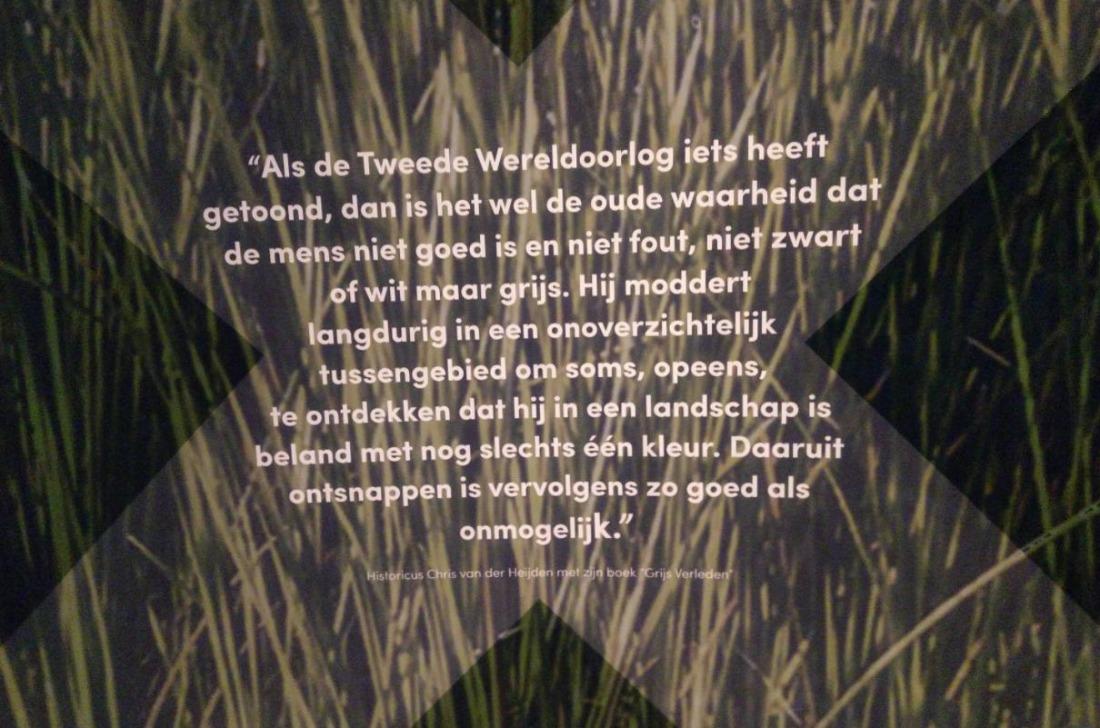Tekst uit een boek van Chris van der Heijden, afgedrukt op een wand in de tentoonstellingsruimte