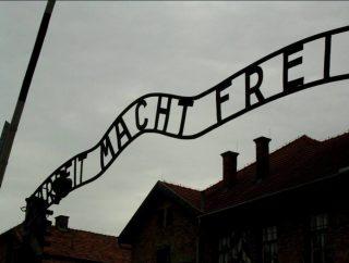 Arbeit Macht Frei - Beruchte tekst boven de toegangspoort van Auschwitz