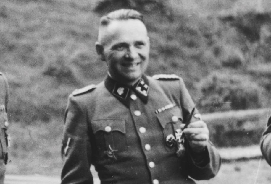 Rudolf Höss, commandant van Auschwitz. Werd na de oorlog gearresteerd en veroordeeld tot de galg. Het vonnis werd op 16 april 1947 in Auschwitz voltrokken. Foto dateert uit 1944.