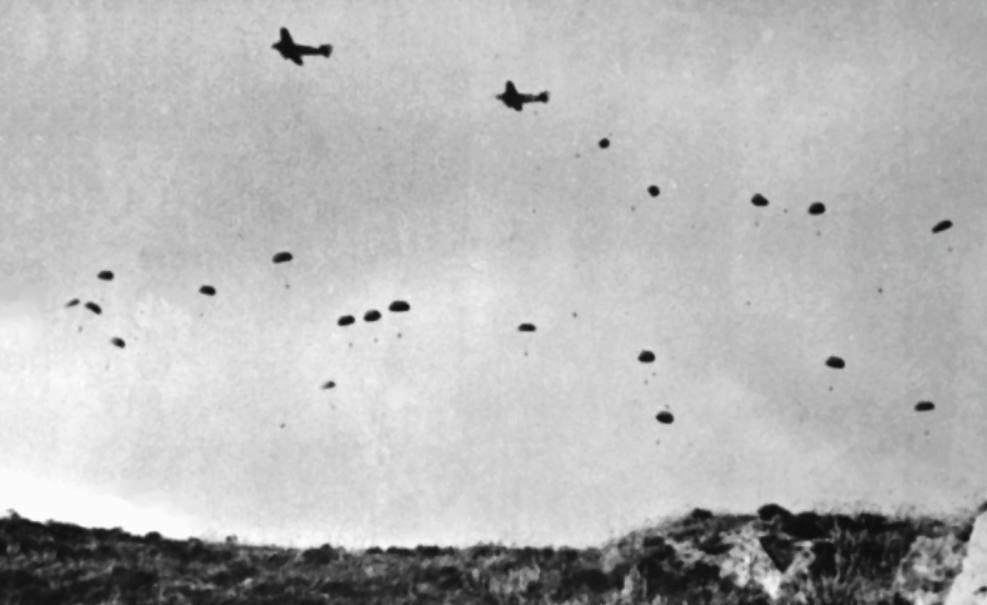 Duitse Fallschirmjäger springen boven Kreta