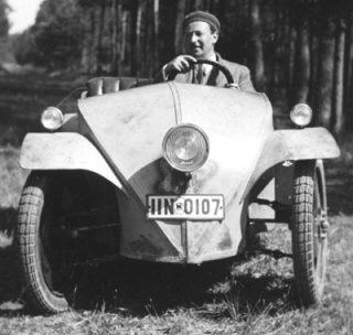 Josef Ganz in een voorloper van de Volkswagen Kever, 1930