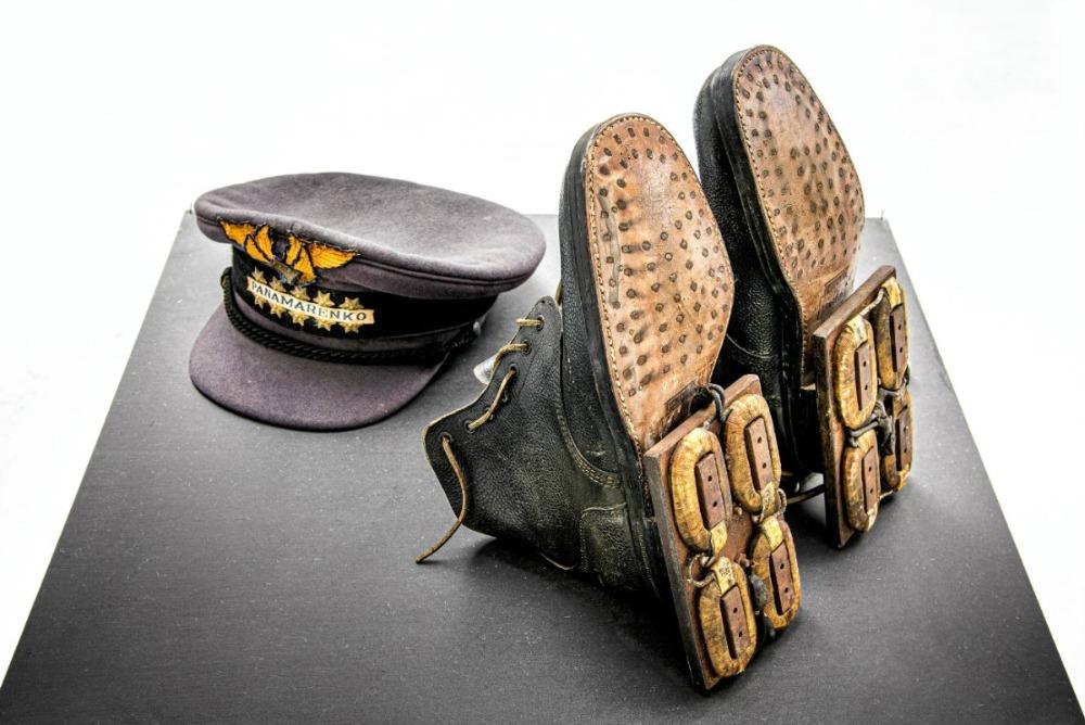 Magnetische schoenen: militaire Oostblok bottines uit zijn moeders schoenwinkel - Foto: Wim Van Eesbeek
