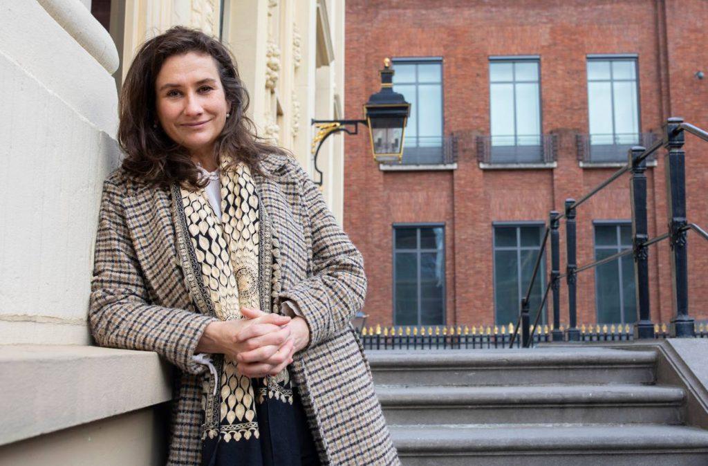 Martine Gosselink bij het Mauritshuis in Den Haag