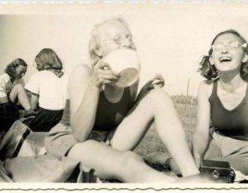 Margot Frank, rechts, met roeigenoten in 1941 (Anne Frank Stichting, fotograaf Roos van Gelder)