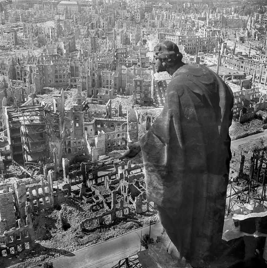 De bekendste foto van Dresden na het bombardement: zicht van op het stadhuis.