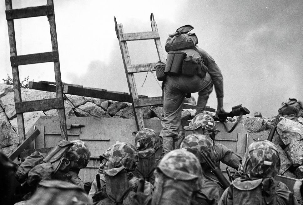 Amerikaanse mariniers in de aanval bij Inchon, Korea, september 1950. CC0 - Bron: Naval Historical Center, Naval History and Heritage Command, photo NH-96876 .