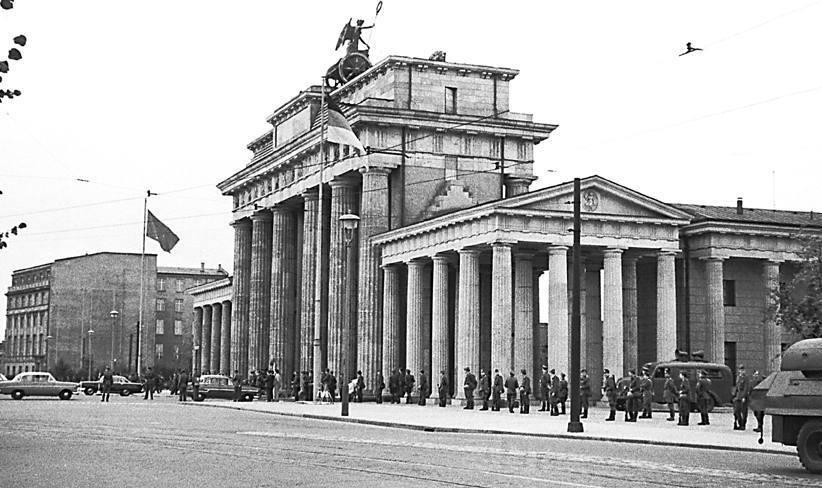 Oost-Duitse grenswachten bij de Brandenburgerpoort, Berlijn, 13-8-1961