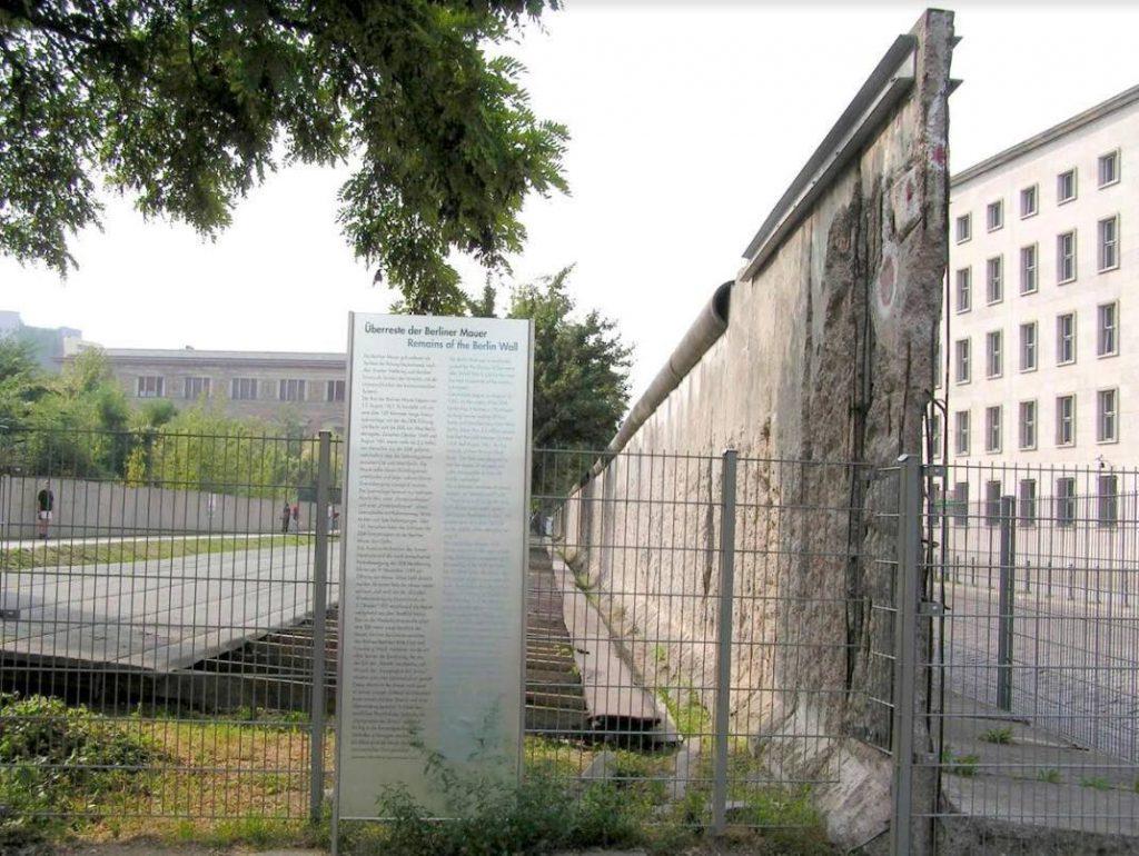 Berlijn, overblijfsel van de Muur bij de Niederkirchnerstraße, 2005