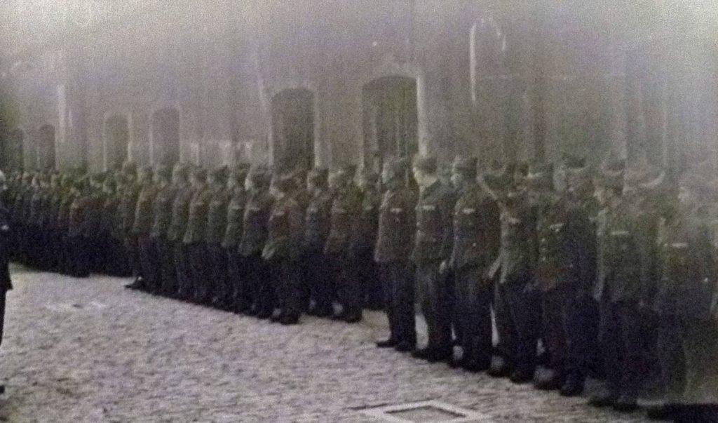 Gevangenen opgesteld voor het appel in het Fort van Breendonk, 13 juni 1941