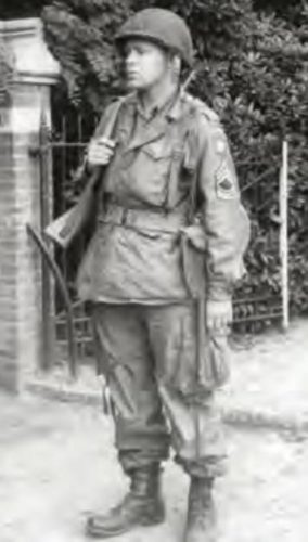 Amerikaanse sergeant op wacht bij de oprijlaan van Villa Vogelsangh in Groesbeek, waar bewoonster Nel Dozy in haar dagboek over schreef. Het huis werd door de Amerikanen gevorderd om er een hoofdkwartier van te maken, de bewoners vertrokken op 2 oktober. Kort daarna zal de foto zijn genomen. (Foto boek)