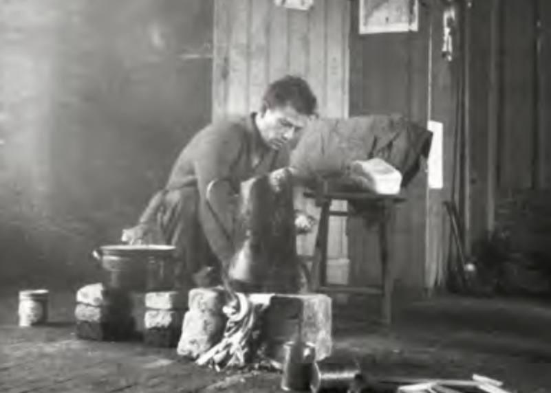 Een vermoeide Amerikaanse militair kookt zijn potje in het koetshuis van dorpsdok- ter Beijnes, Ottenhoffstraat te Groesbeek. Tijdens het koken, onder vrij primitieve omstandigheden, gebeurden veel ongelukken. (Foto boek)