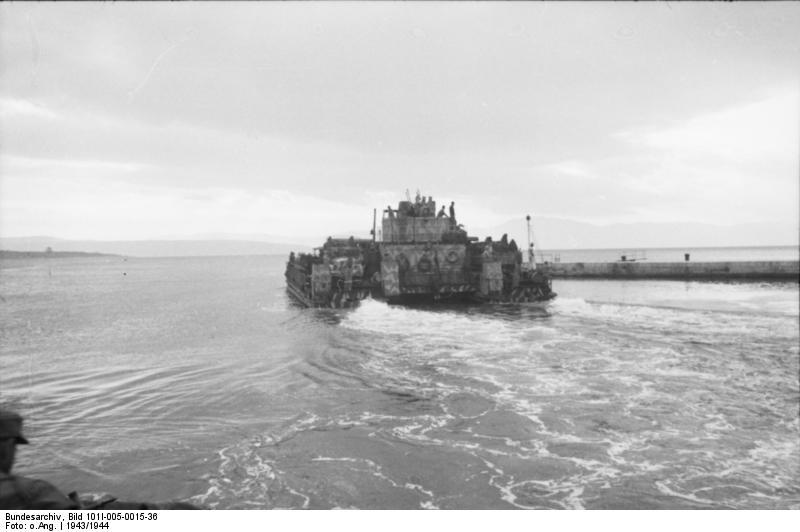 Een Siebelfähre, zoals ook ingezet bij de evacuatie van Kolberg. Deze foto werd gemaakt in Joegoslavië in 1943.