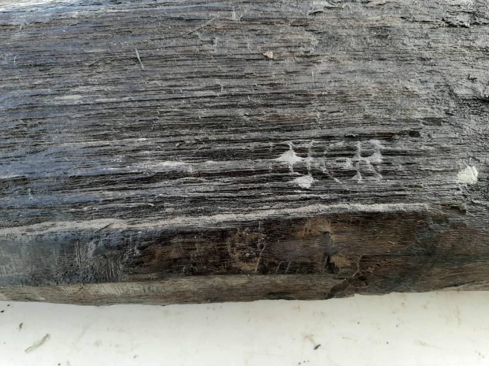 Inscriptie die in maart 2020 werd aangetroffen op een paal van de Romeinse weg