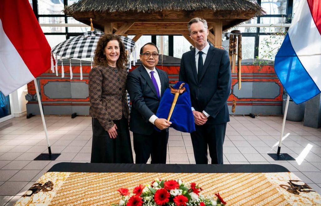 Minister Ingrid van Engelshoven, de Indonesische ambassadeur I Gusti Agung Wesaka Puja en directeur van het Nationaal Museum van Wereldculturen Stijn Schoonderwoerd met de dolk. (Foto: Freek van den Bergh/Ministerie van OCW)