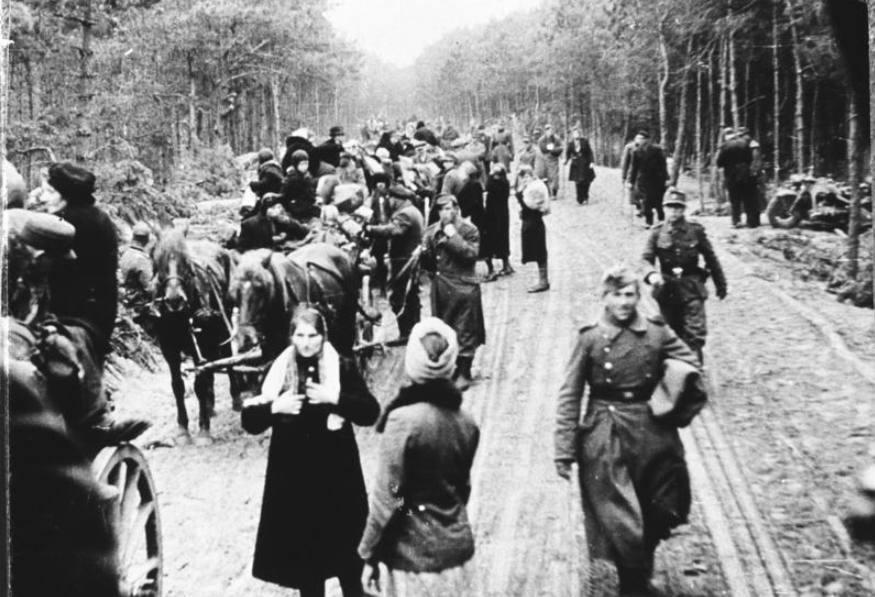 Vluchtelingenkaravaan uit Oost-Pruisen en Duitse militairen onderweg in westelijke richting. Vele vluchtelingen belandden in januari en februari 1945 in Kolberg om daarvandaan eerst per trein en later per schip geëvacueerd te worden.