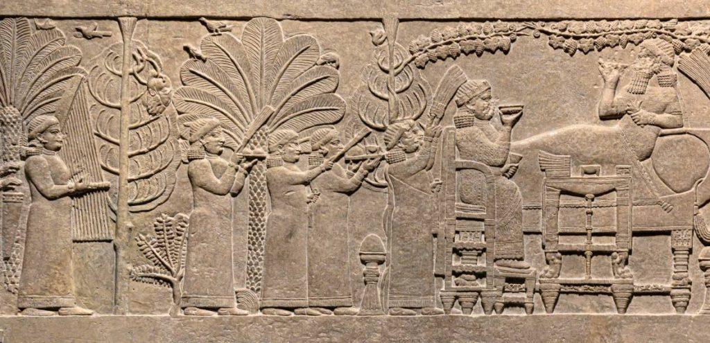 Detail van het reliëf van de banketscène van Ashurbanipal, met links in een boom het afgehakte hoofd van Teumman
