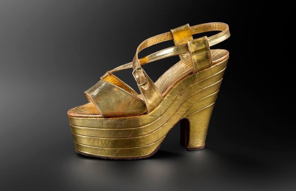 Schoen met hoge zolen uit de jaren dertig