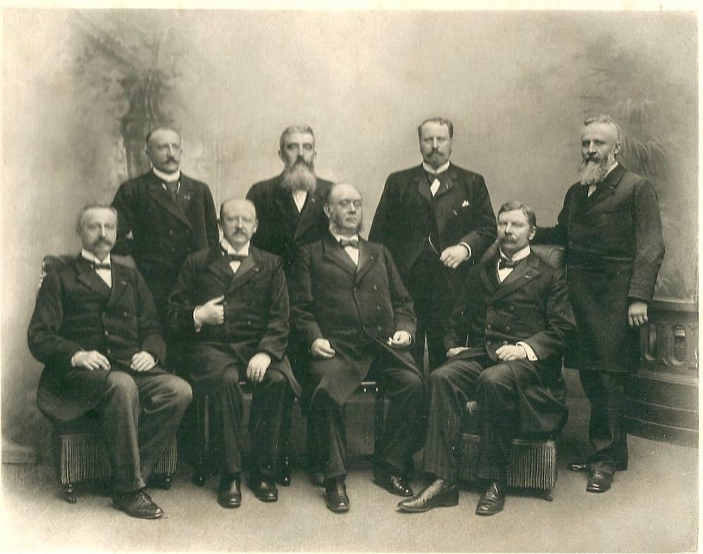 Het kabinet Pierson. Achterste rij van links naar rechts: Eland, De Beaufort, Lely en Cort van der Linden. Op de voorste rij van links naar rechts: Röell, Goeman Borgesius, Pierson en Cremer.