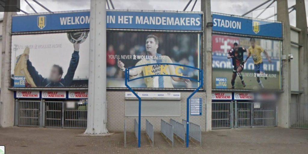 'YOU'LL NEVER WOLLUK ALONE' op billboards bij het stadion van RKC Waalwijk