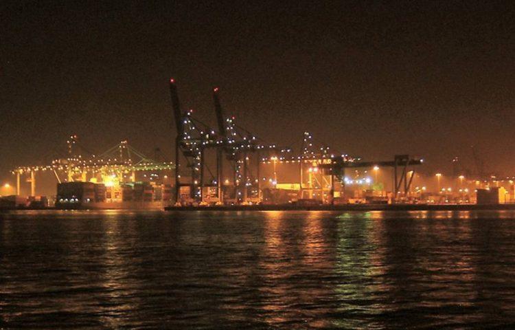 Rotterdamse Waalhaven bij nacht