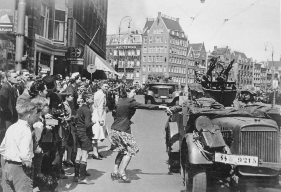 Duitse troepen arriveren in mei 1940 op de Dam in Amsterdam