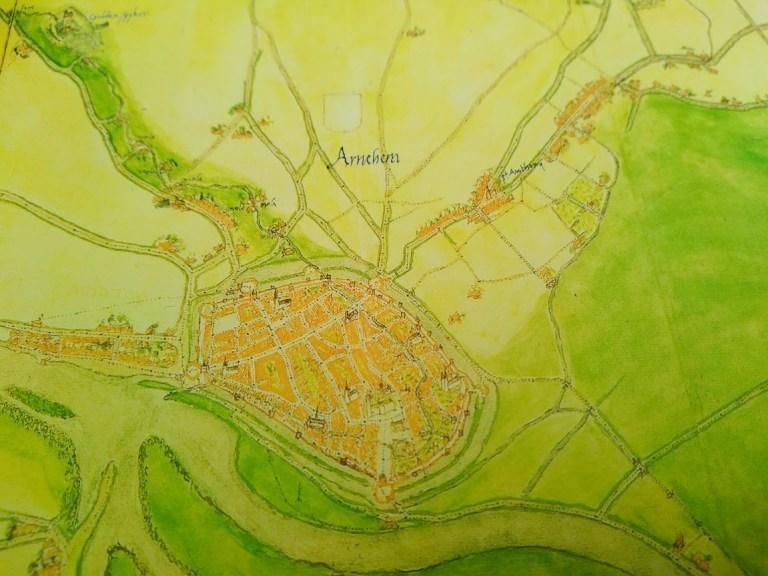"""Arnhem op de kaart van Jacob van Deventer (rond 1565). Rechtsboven staat in zwarte letters """"St. Antony"""", op de toenmalige splitsing van de Velperweg en de Rozendaalseweg. (Publiek Domein)"""